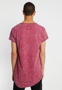 Tigha - MILO SPRAY - T-shirts med print - vintage red steam - 2