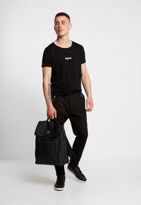 Tigha - JARDEL - T-shirts - black - 1