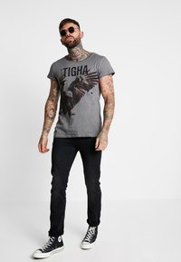 Tigha - PAINTED EAGLE - T-shirts med print - vintage grey - 1