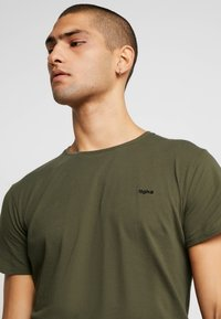 Tigha - HEIN - T-shirts - oily green - 4