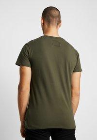 Tigha - HEIN - T-shirts - oily green - 2