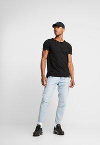 Tigha - MILO - T-shirts - black - 1