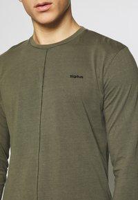 Tigha - ELIANO - Topper langermet - oily green - 5