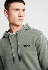 Tigha - NOUR - Hoodie - vintage military green - 3
