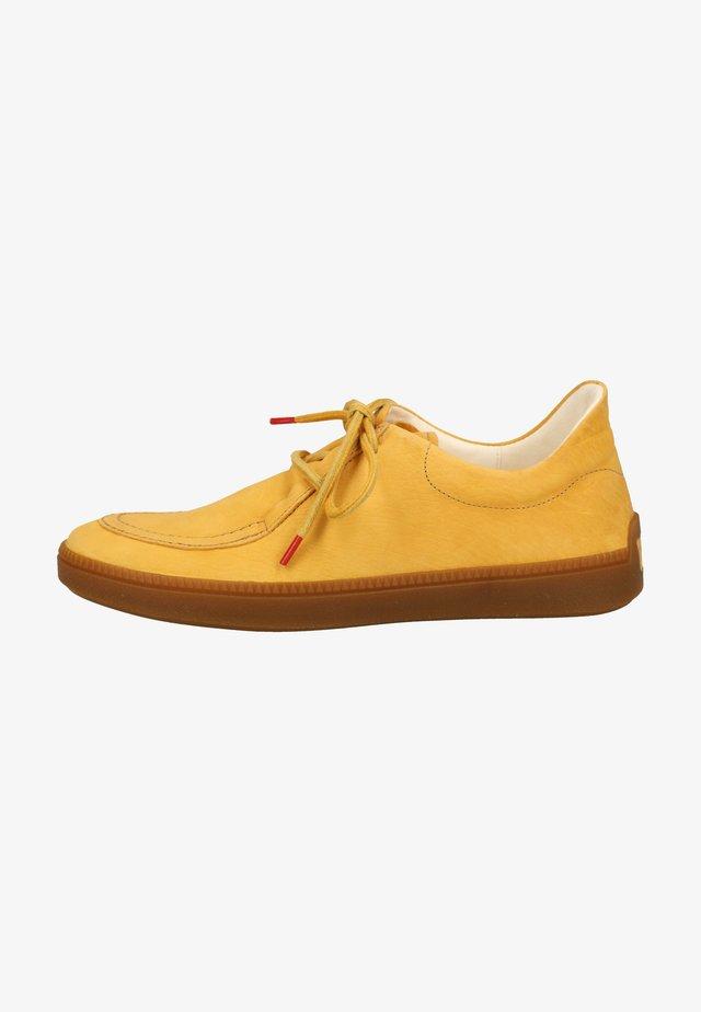 Sznurowane obuwie sportowe - safran