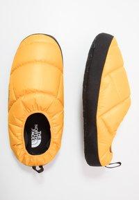 The North Face - MEN'S TENT MULE III - Obuwie treningowe - yellow/black - 1