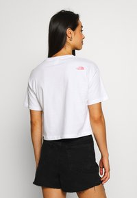 The North Face - MOUNTAIN CROP TEE - T-shirts med print - white/mauveglow/jaiden green - 2