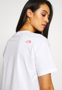 The North Face - MOUNTAIN CROP TEE - T-shirts med print - white/mauveglow/jaiden green - 3