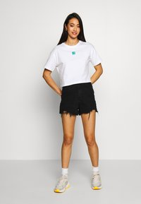 The North Face - CENTRAL LOGO CROP TEE - T-shirts med print - white/jaiden green - 1