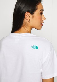 The North Face - CENTRAL LOGO CROP TEE - T-shirts med print - white/jaiden green - 4