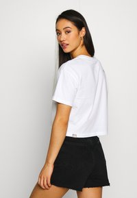 The North Face - CENTRAL LOGO CROP TEE - T-shirts med print - white/jaiden green - 2