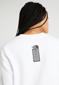 The North Face - RAGECROPPED CREW - Sweatshirt - white - 5