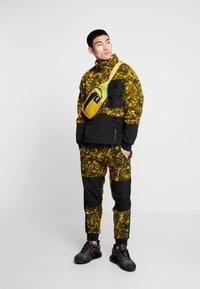 The North Face - RAGE CLASSIC PANT - Spodnie treningowe - leopard yellow - 1