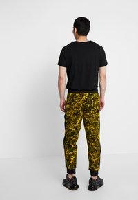The North Face - RAGE CLASSIC PANT - Spodnie treningowe - leopard yellow - 2