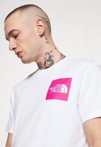 The North Face - FINE TEE - Print T-shirt - white/mr. pink - 4