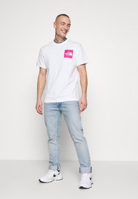 The North Face - FINE TEE - Print T-shirt - white/mr. pink - 1