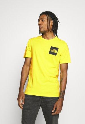 FINE TEE - T-shirt z nadrukiem - tnf lemon