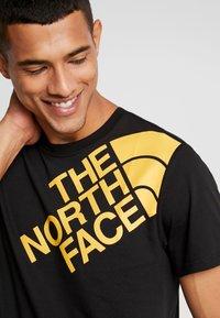 The North Face - SHOULDER LOGO TEE - T-shirt imprimé - black/yellow - 4