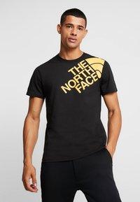 The North Face - SHOULDER LOGO TEE - T-shirt imprimé - black/yellow - 0