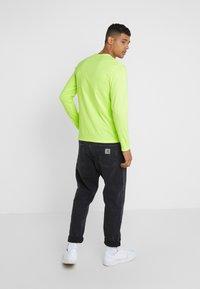 The North Face - GRAPHIC TEE - Bluzka z długim rękawem - bright yellow - 2