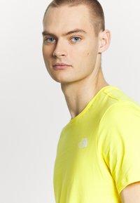 The North Face - T-shirt z nadrukiem - lemon/white - 3