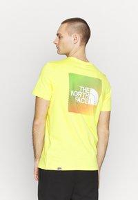 The North Face - T-shirt z nadrukiem - lemon/white - 0