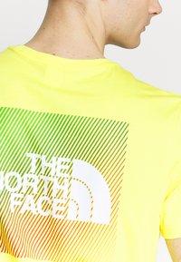 The North Face - T-shirt z nadrukiem - lemon/white - 5