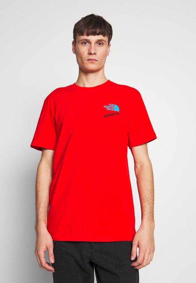 EXTREME TEE - T-shirt z nadrukiem - fiery red