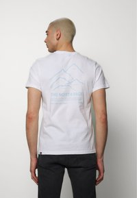 The North Face - PEAKS TEE - Print T-shirt - white - 2