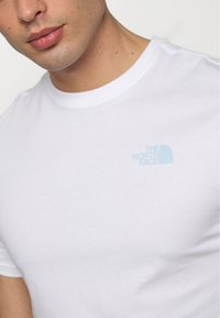 The North Face - PEAKS TEE - Print T-shirt - white - 5