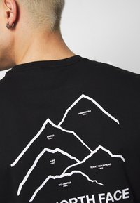 The North Face - PEAKS TEE - T-shirts med print - black - 5