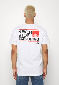 The North Face - MENS EXPLORE TEE - Print T-shirt - fiery red/ black - 2