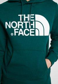 The North Face - STANDARD HOODIE - Bluza z kapturem - night green - 3