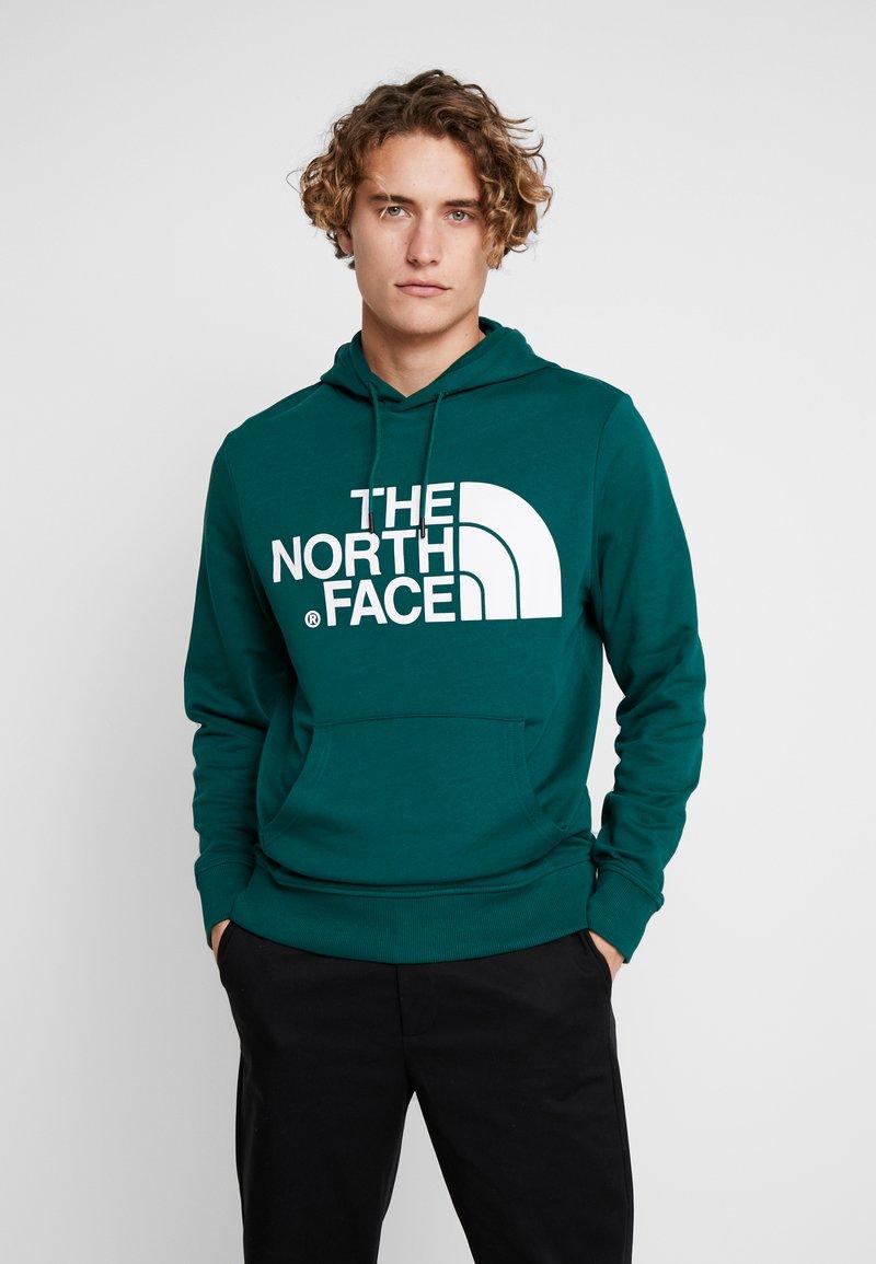 The North Face - STANDARD HOODIE - Bluza z kapturem - night green
