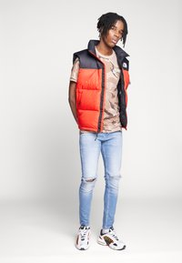 The North Face - 1996 RETRO NUPTSE VEST - Smanicato - fiery red - 1