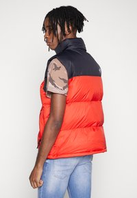 The North Face - 1996 RETRO NUPTSE VEST - Smanicato - fiery red - 2