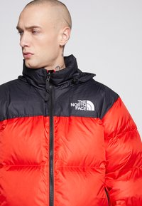 The North Face - 1996 RETRO NUPTSE JACKET - Dunjakke - fiery red - 6