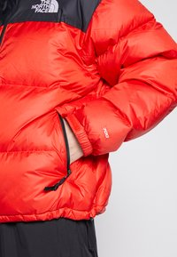 The North Face - 1996 RETRO NUPTSE JACKET - Dunjakke - fiery red - 4