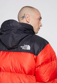 The North Face - 1996 RETRO NUPTSE JACKET - Dunjakke - fiery red - 5