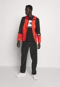The North Face - MOUNTAIN LIGHT WINDSHELL JACKET - Větrovka - fiery red/tnf black - 1