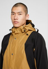 The North Face - RETRO MOUNTAIN LIGHT JACKET - Waterproof jacket - british khaki - 3