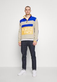 The North Face - GRAPHIC COLLECTION ZIP - Sweatshirt - twill beige/blue/flame orange - 1