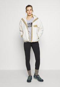 The North Face - WOMENS EASY TEE - T-shirt z nadrukiem - light grey - 1