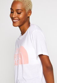 The North Face - WOMENS HALF DOME CROPPED TEE - Printtipaita - white - 4