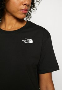 The North Face - CROPPED SIMPLE DOME TEE - T-shirt z nadrukiem - black - 5