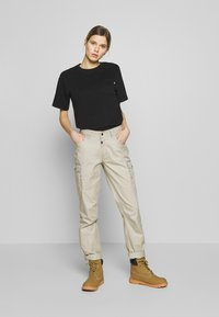 The North Face - WOMENS RELAXED POCKET TEE - T-shirts - black - 1