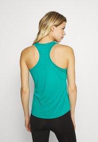 The North Face - WOMENS GRAPHIC PLAY HARD TANK - Treningsskjorter - jaiden green - 2