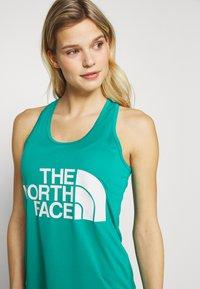 The North Face - WOMENS GRAPHIC PLAY HARD TANK - Treningsskjorter - jaiden green - 3