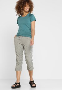 The North Face - APHRODITE CAPRI - Friluftsshorts - silt grey