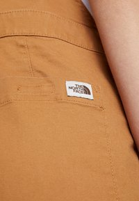 The North Face - MOESER OVERALL - Kalhoty - chipmunk brown - 4